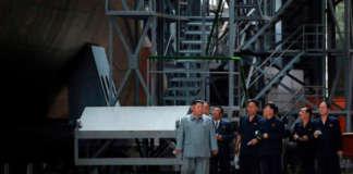 Kim inspect submarine