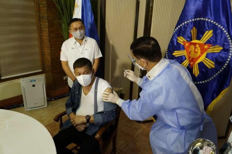 Pres Duterte vaccinated